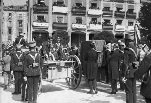 Burgos, los Restos del Cid: solemne momento en el que Fue Depositada en el armón de artillería la urna que Contiene los Restos del Cid