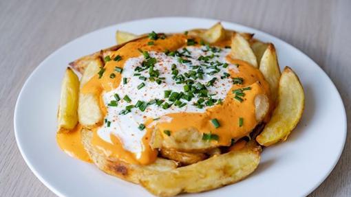 Patatas con salsa de pimientos.