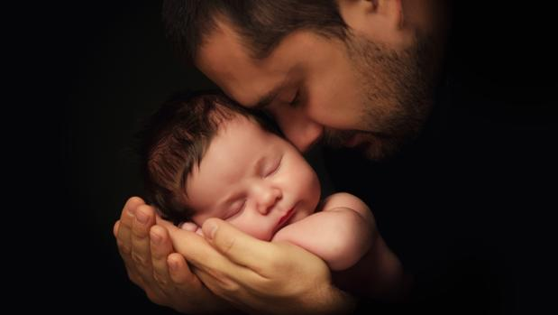 Un padre con su bebé