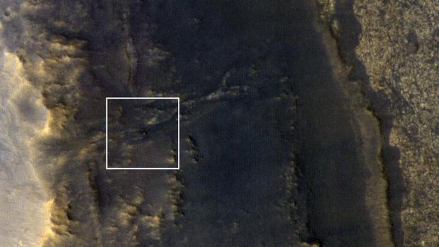 El rover Opportunity, en el centro de este cuadrado blanco, fotografiado por la sonda MRO después de que la tormenta se haya despejado