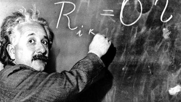 Einstein escribe una fórmula en una pizarra