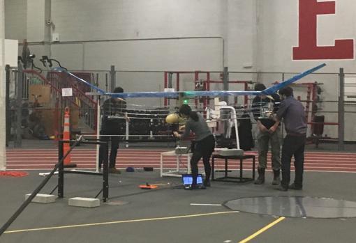 Studenti MIT preparando l'aereo prima del volo
