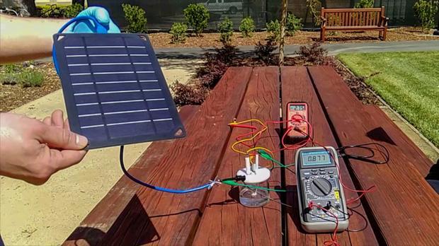 Prototipo del dispositivo. Es capaz de producir hidrógeno con energía solar por medio de la electrolisis de agua marina