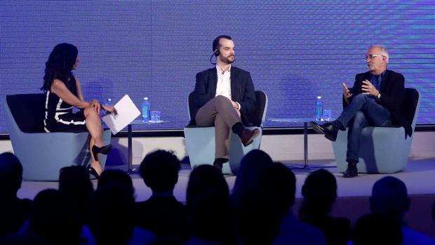 Ramón López de Mántaras (derecha) y Samuel Sternberg (centro) durante su intervención