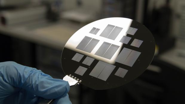 Oblea de silicio con los microchips en los que se trabaja en la Sala Blanca de la UPC