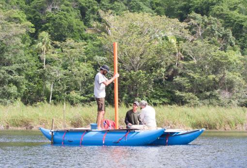 El investigador David Wahl, de pie, recogiendo muestras de sedimentos en el Lago Ek'Naab, al noreste de Guatemala