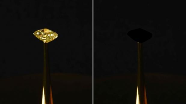 Un diamante amarillo natural de 16,78 quilates, recubierto con el nuevo material a base de nanotubos de carbono, el más negro registrado