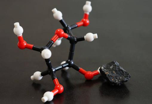 Modelo de la estructura molecular de la ribosa y el meteorito Murchison. Se encontraron ribosa y otros azúcares en este meteorito