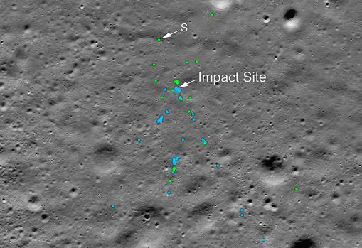 Esta imagen muestra el punto de impacto de Vikram Lander y el campo de escombros asociado. Los puntos verdes indican restos de la nave espacial (confirmado o probable). Los puntos azules ubican el suelo alterado, probablemente donde pequeños trozos de la nave espacial agitaron el regolito. «S» indica los restos identificados por Shanmuga Subramanian