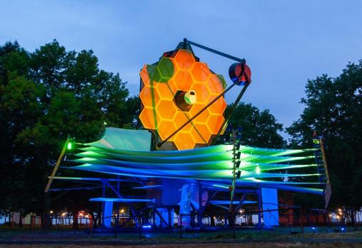 Réplica iluminada a escala real del telescopio espacial James Webb