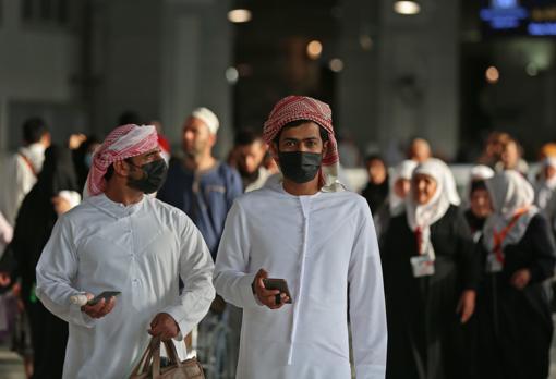 Peregrinos musulmanes con mascarillas en la Gran Mezquita, Arabia Saudí, este viernes 28 de febrero. El país ha suspendido la entrada para la peregrinación de la Umrah por el temor al coronavirus