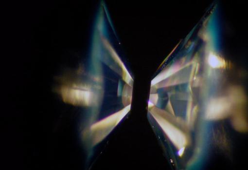 Yunques de diamante utilizados para comprimir las muestras a altas presiones y comprobar cómo se ralacionan el agua y las rocas en el fondo de los planetas de agua