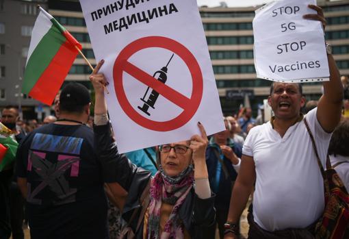 Protestas en contra de la tecnología 5G y las vacunas en Sofía, Bulgaria, el 14 de mayo
