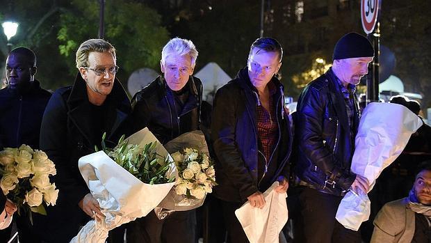 La banda irlandesa, el pasado sábado, cerca de la sala Bataclan de París, rindiendo un homenaje a las víctimas de los atentados