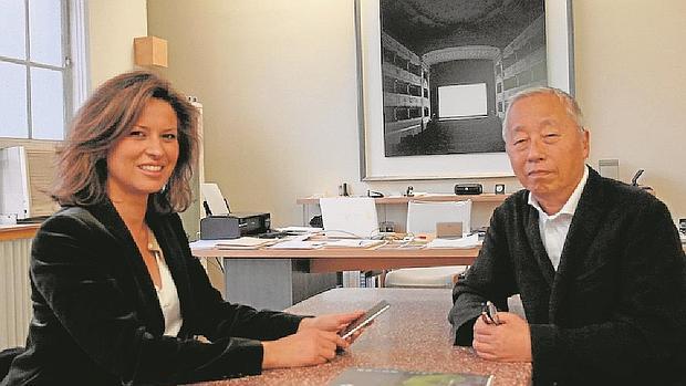 Elena Cué y Sugimoto, en su estudio, durante la entrevista