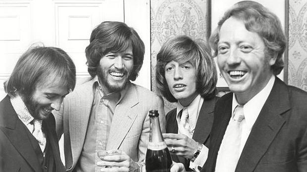 Robert Stigwood con los Bee Gees