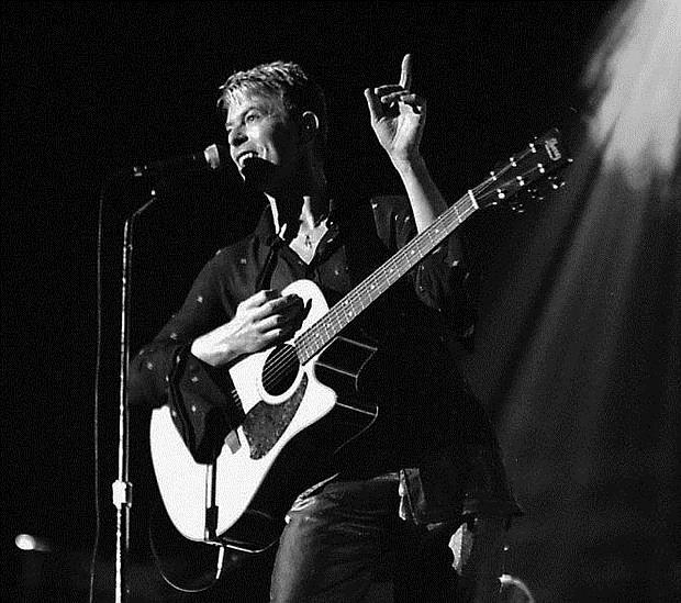 Bowie, durante su concierto en Zaragoza en 1997