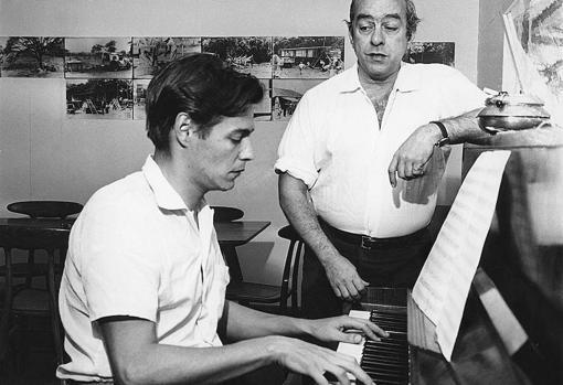 Jobim, al piano junto a Vinícius de Moraes