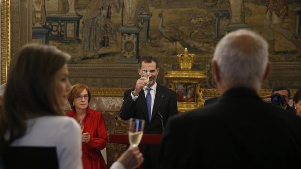 Don Felipe brinda durante el almuerzo ofrecido junto a Doña Letizia en el Palacio Real