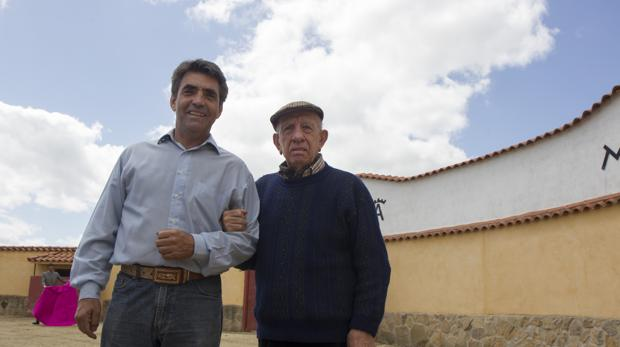 Victorino padre e hijo, en la finca «Las Tiesas», en mayo de 2015