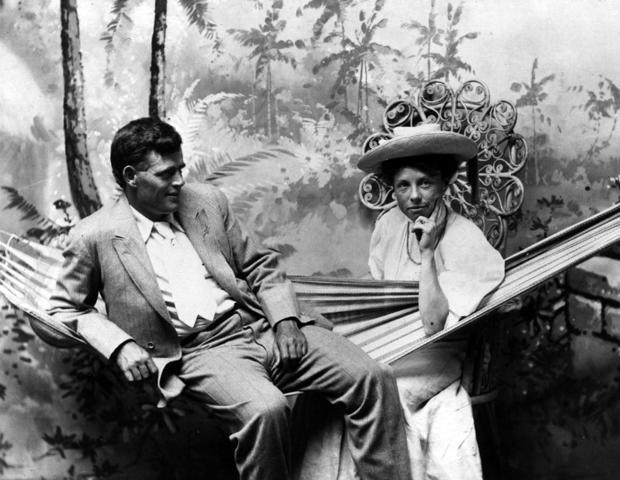 Jack London con su segunda esposa, la también escritora Charmian London, durante un viaje que hicieron a Hawái