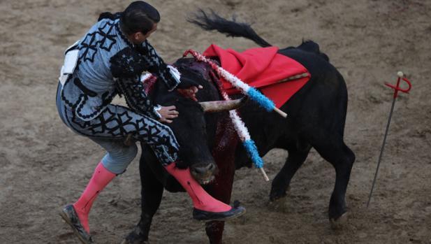 José María Manzanares sufrió una aparatosa voltereta con el segundo toro