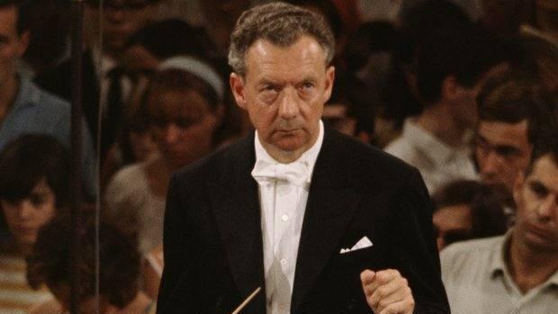 El compositor, director de orquesta y pianista británico Benjamin Britten (1913-1976)