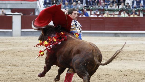 Ginés Marín abrochó por bernadinas su faena al tercer toro de Alcurrucén