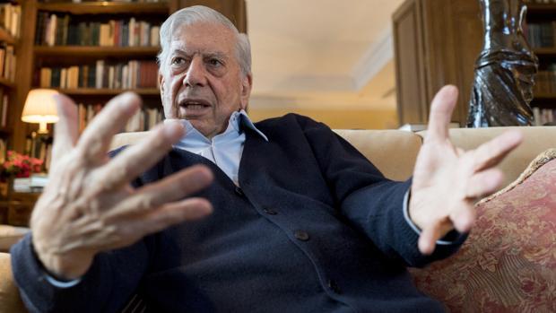Mario Vargas Llosa, fotografiado en la biblioteca de su domicilio madrileño