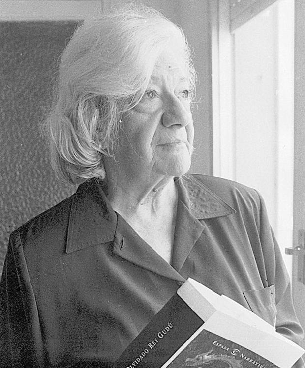 La escritora Ana María Matute, con un ejemplar de «Olvidado Rey Gudú»