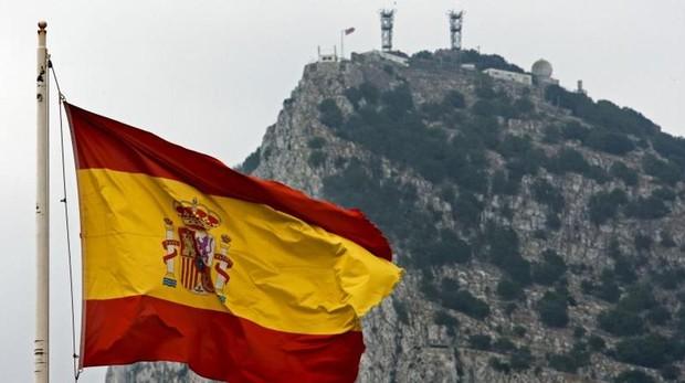 La bandera de España con el Peñon de Gibraltar de fondo