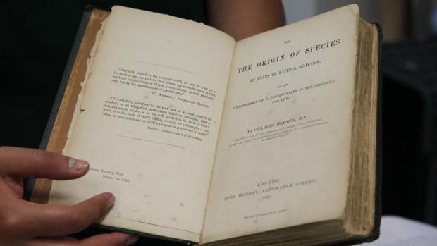 Fotografía de la primera edición de 'El origen de las especies' de Charles Darwin