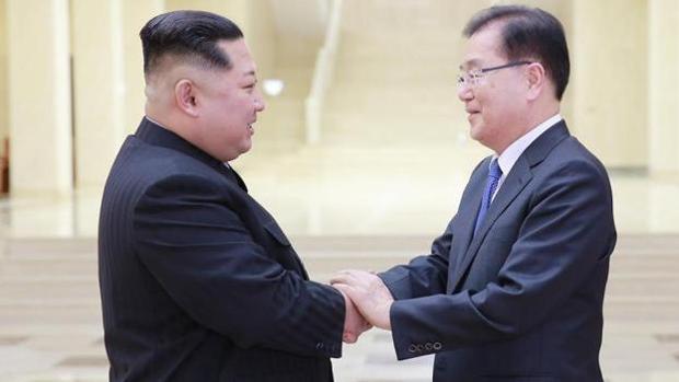 El líder de Corea del Norte Kim Jong-un saluda al jefe de la Oficina de Seguridad Nacional de Corea del Sur Chung Eui-Yong