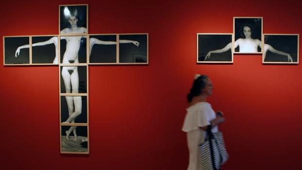 Una visitante observa obras del fotógrafo argentino Humberto Rivas (1937-2009), en la exposición de la Fundación Mapfre
