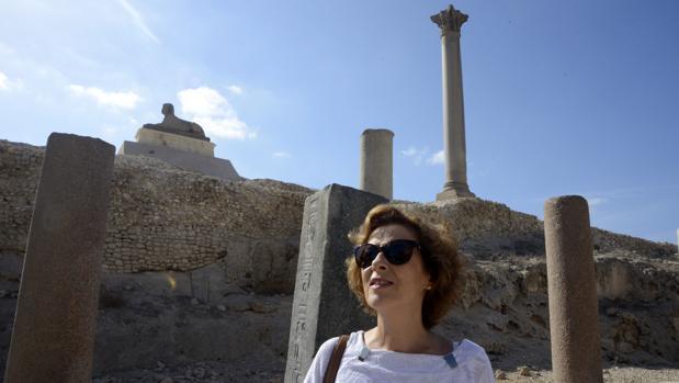 Julia Navarro, fotografiada delante de la Columna de Pompeyo, en Alejandría (Egipto)