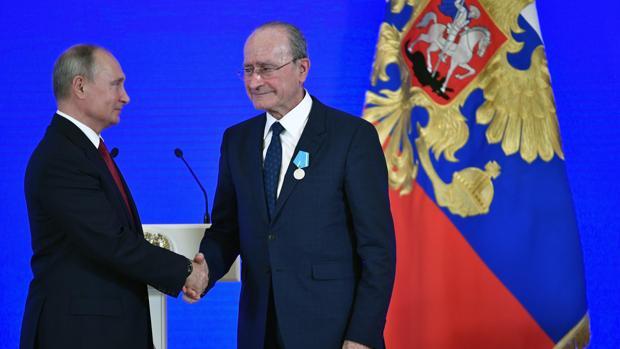 Francisco de la Torre recibe la condecoración de manos de Vladimir Putin