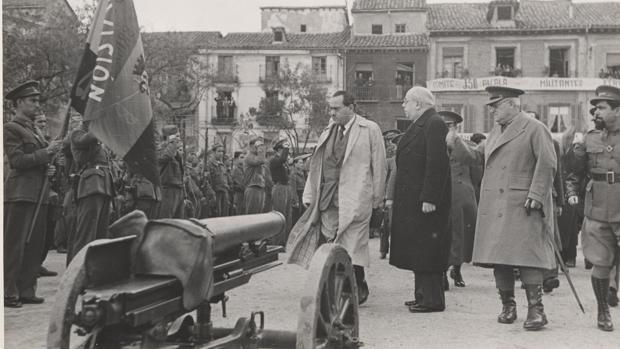 Juan Negrín, Manuel Azaña, el general Miaja y El Campesino pasan revista a las tropas republicanas en noviembre de 1937
