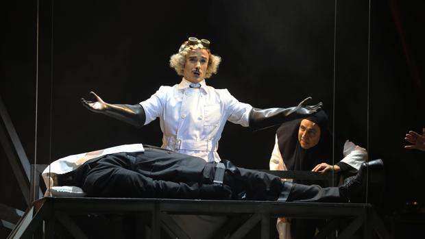 Víctor Ullate, Jordi Vidal y Albert Gràcia, en una escena de «El jovencito Frankenstein»