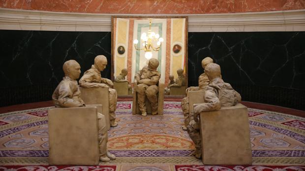 Juan Muñoz. Su instalación «Cinco figuras sentadas» se halla en el vestíbulo principal del Congreso