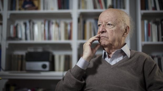 El escritor Jorge Edwards, premio Cervantes, fotografiado en su casa de Madrid