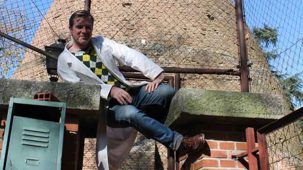 David Trullo muestra la Tinaja, una enorme chimenea de cocción en Moncloa