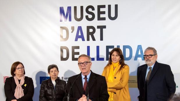 El ministro de Cultura, José Guirao (c), la consellera de Cultura, Laura Borràs (2d), el alcalde de Lérida, Féliz Larrosa (d), la delegada del Gobierno en Cataluña, Teresa Cunillera (2i), y la presidenta de la Diputación de Lérida, Rosa Mª Perelló (i), durante el acto de inicio de las obras del nuevo Museo de Arte de Lérida