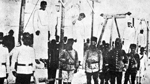 Foto de 1915 con soldados turcos posando cerca de los cuerpos de armenios ejecutados y que inspiró el término «genocidio»