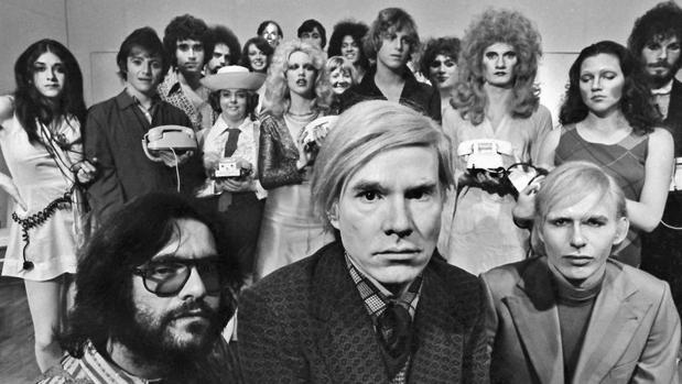 Andy Warhol con el elenco de «Pork» en La Mama, 1971. Cortesía del archivo Jack Mitchell