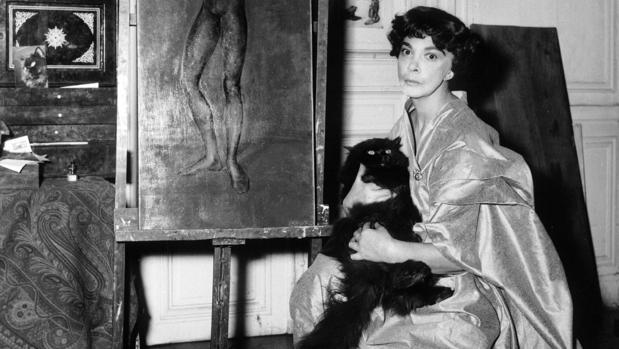 Leonor Fini, en su casa de París en 1956 con un gato persa en sus brazos. Llegó a tener 23