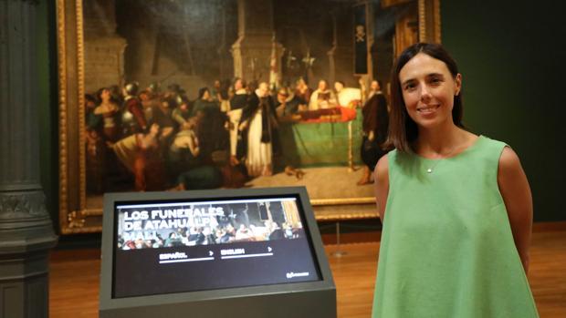 Cecilia Pardo posa delante de la pintura «Los funerales de Atahualpa» del artista peruano Luis Montero