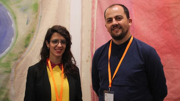 El galerista Stefan Benchoam y su ayudante en Proyectos Ultravioleta