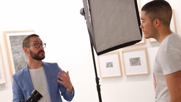 Fernando Bayona fotografía a un modelo para su serie «La memoria traidora»
