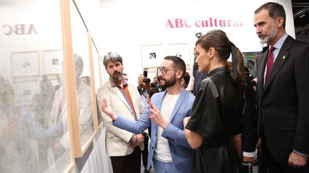 Bayona explica su proyecto a los Reyes en presencia de Javier Díaz-Guardiola