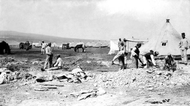 Soldados españoles construyendo un parapeto en el Monte Arruit, poco después de su ocupación
